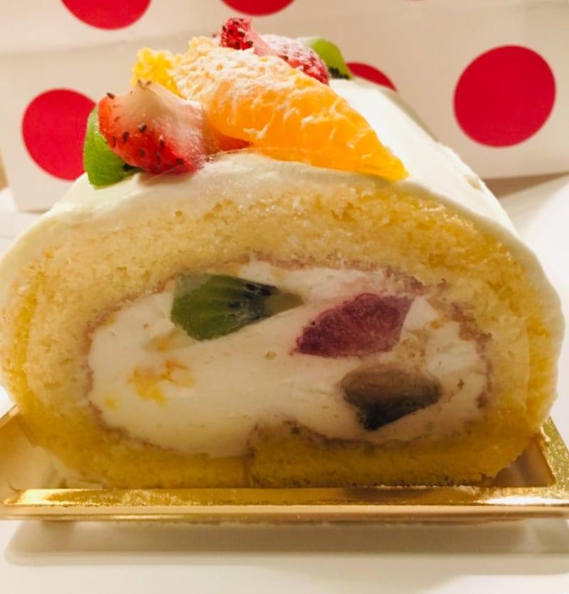 ローズロールのロールケーキは手土産にオススメ!赤と白のポップな水玉が目印